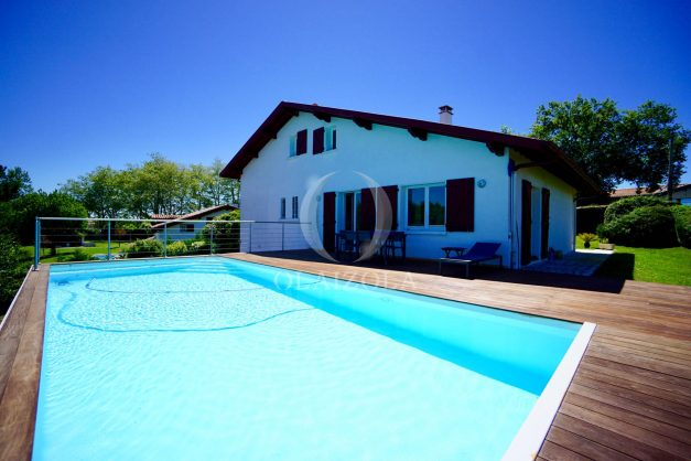 location-vacances-villa-arcangues-agence-olaizola-piscine-chauffée-plein-sud-terrasse-jardin-parking-garage-005