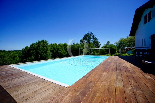 location-vacances-villa-arcangues-agence-olaizola-piscine-chauffée-plein-sud-terrasse-jardin-parking-garage-007