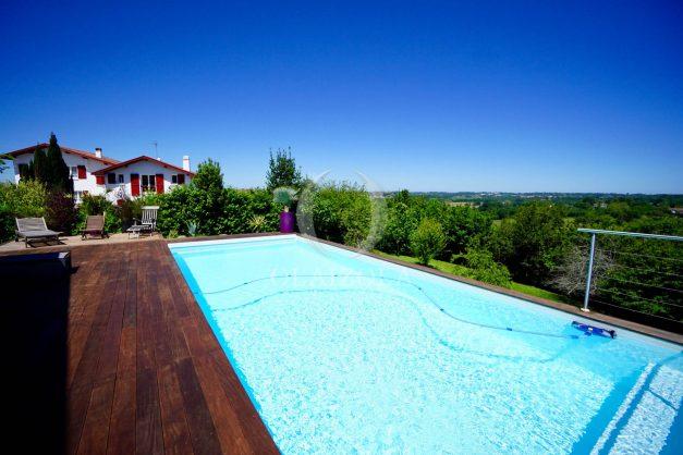 location-vacances-villa-arcangues-agence-olaizola-piscine-chauffée-plein-sud-terrasse-jardin-parking-garage-011