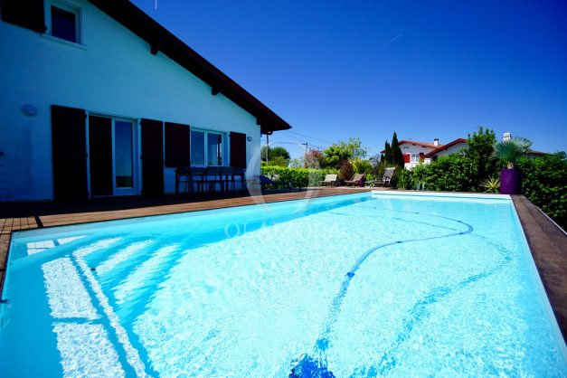 location-vacances-villa-arcangues-agence-olaizola-piscine-chauffée-plein-sud-terrasse-jardin-parking-garage-014