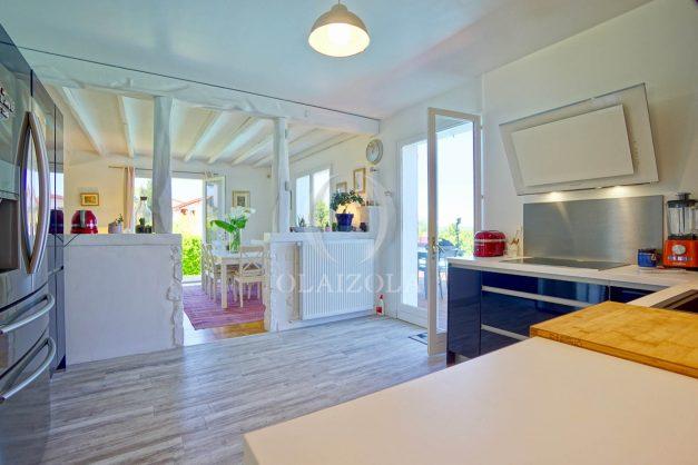 location-vacances-villa-arcangues-agence-olaizola-piscine-chauffée-plein-sud-terrasse-jardin-parking-garage-019