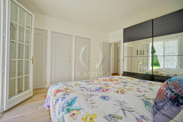 location-vacances-villa-arcangues-agence-olaizola-piscine-chauffée-plein-sud-terrasse-jardin-parking-garage-038