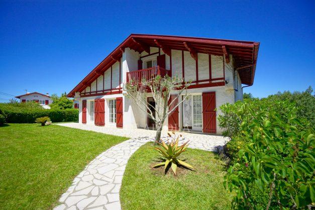 location-vacances-villa-arcangues-agence-olaizola-piscine-chauffée-plein-sud-terrasse-jardin-parking-garage-042