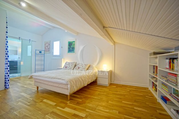location-vacances-villa-arcangues-agence-olaizola-piscine-chauffée-plein-sud-terrasse-jardin-parking-garage-054