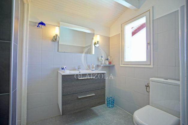 location-vacances-villa-arcangues-agence-olaizola-piscine-chauffée-plein-sud-terrasse-jardin-parking-garage-055