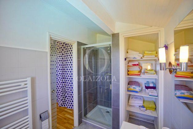 location-vacances-villa-arcangues-agence-olaizola-piscine-chauffée-plein-sud-terrasse-jardin-parking-garage-056