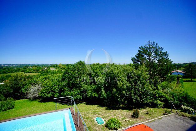 location-vacances-villa-arcangues-agence-olaizola-piscine-chauffée-plein-sud-terrasse-jardin-parking-garage-061