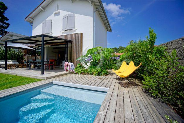 location-vacances-anglet-villa-piscine-terrasse-jardins-magnifique-salon-sejour-transate-soleil-5-chambres.002