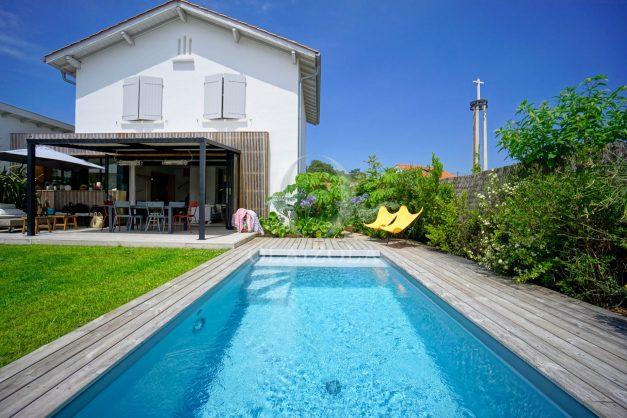location-vacances-anglet-villa-piscine-terrasse-jardins-magnifique-salon-sejour-transate-soleil-5-chambres.003