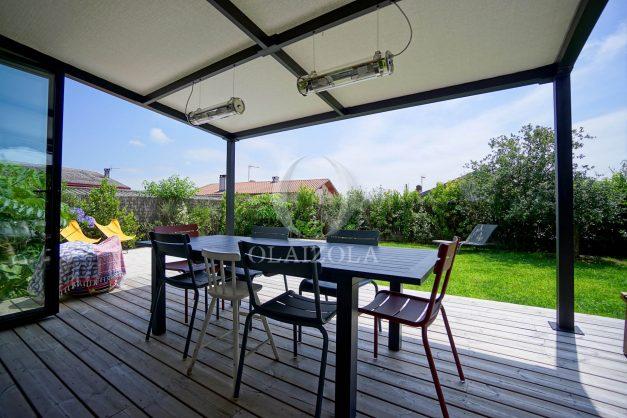 location-vacances-anglet-villa-piscine-terrasse-jardins-magnifique-salon-sejour-transate-soleil-5-chambres.006