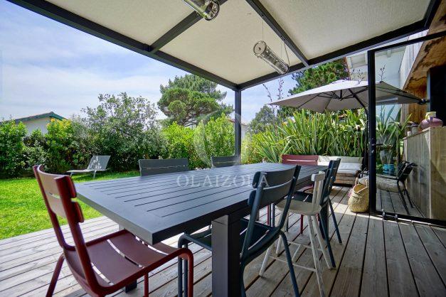 location-vacances-anglet-villa-piscine-terrasse-jardins-magnifique-salon-sejour-transate-soleil-5-chambres.008