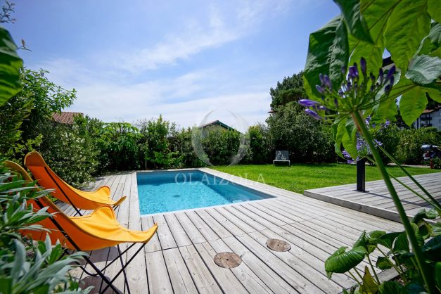 location-vacances-anglet-villa-piscine-terrasse-jardins-magnifique-salon-sejour-transate-soleil-5-chambres.015