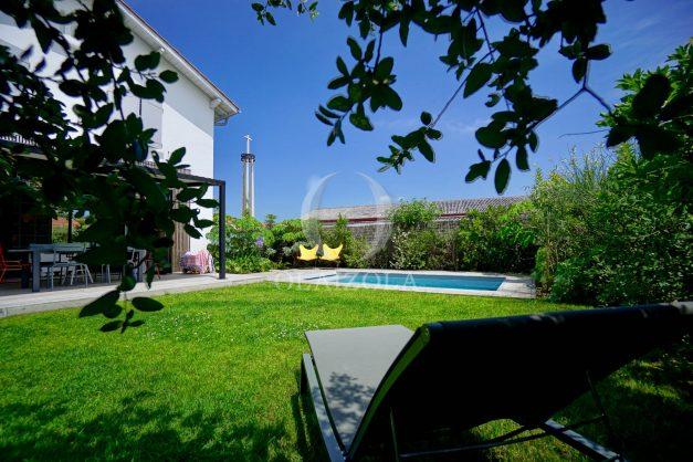 location-vacances-anglet-villa-piscine-terrasse-jardins-magnifique-salon-sejour-transate-soleil-5-chambres.017