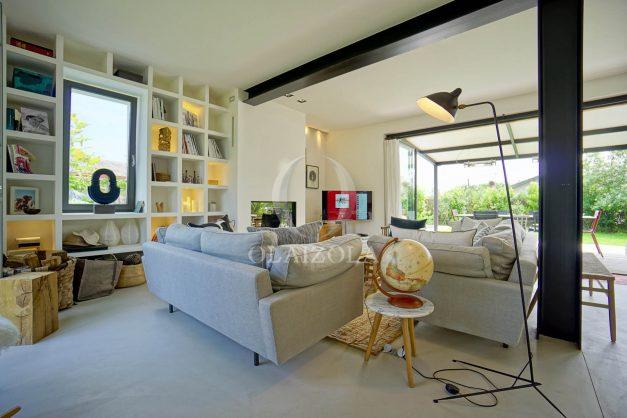 location-vacances-anglet-villa-piscine-terrasse-jardins-magnifique-salon-sejour-transate-soleil-5-chambres.024