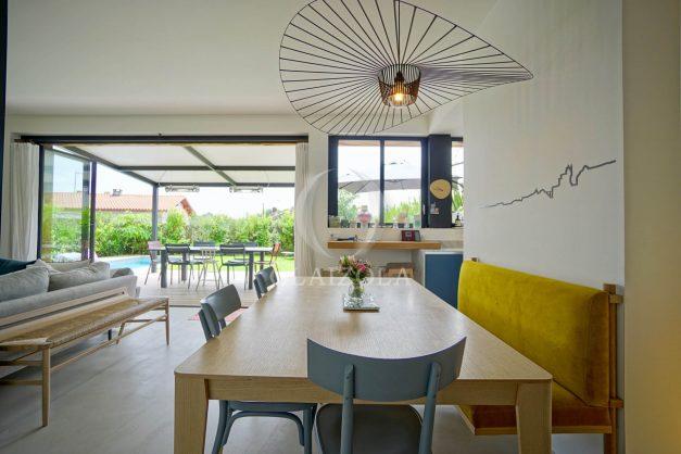 location-vacances-anglet-villa-piscine-terrasse-jardins-magnifique-salon-sejour-transate-soleil-5-chambres.030