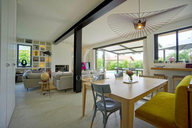 location-vacances-anglet-villa-piscine-terrasse-jardins-magnifique-salon-sejour-transate-soleil-5-chambres.031