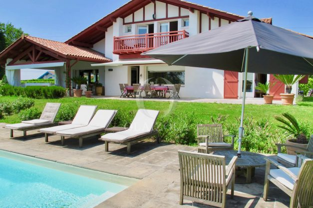 location-villa-luxe-biarritz-piscine-chauffee-calme-grand-terrain-001