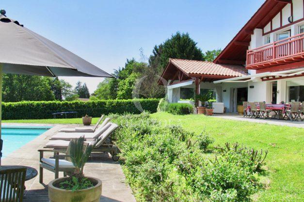 location-villa-luxe-biarritz-piscine-chauffee-calme-grand-terrain-006