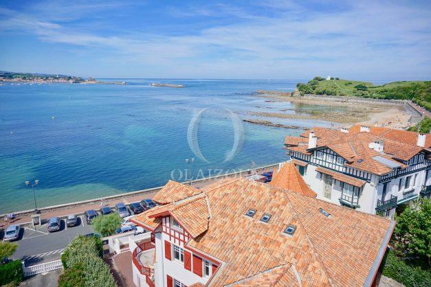location-vacances-saint-jean-de-luz-appartement-vue-mer-sur-la-baie-sainte-barbe-terrasse-dernier-etage-parking-plage-a-pied-flot-bleu-001