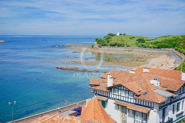 location-vacances-saint-jean-de-luz-appartement-vue-mer-sur-la-baie-sainte-barbe-terrasse-dernier-etage-parking-plage-a-pied-flot-bleu-007