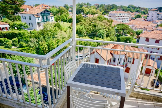 location-vacances-saint-jean-de-luz-appartement-vue-mer-sur-la-baie-sainte-barbe-terrasse-dernier-etage-parking-plage-a-pied-flot-bleu-021