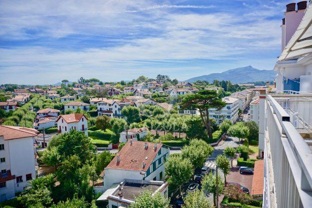 location-vacances-saint-jean-de-luz-appartement-vue-mer-sur-la-baie-sainte-barbe-terrasse-dernier-etage-parking-plage-a-pied-flot-bleu-023