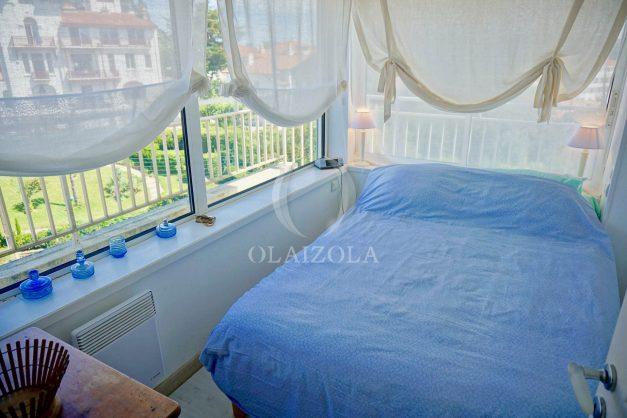 location-vacances-saint-jean-de-luz-appartement-vue-mer-sur-la-baie-sainte-barbe-terrasse-dernier-etage-parking-plage-a-pied-flot-bleu-027