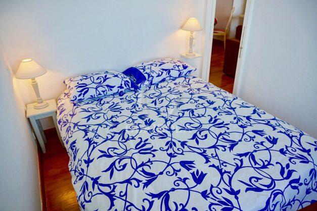 location-vacances-saint-jean-de-luz-appartement-vue-mer-sur-la-baie-sainte-barbe-terrasse-dernier-etage-parking-plage-a-pied-flot-bleu-032