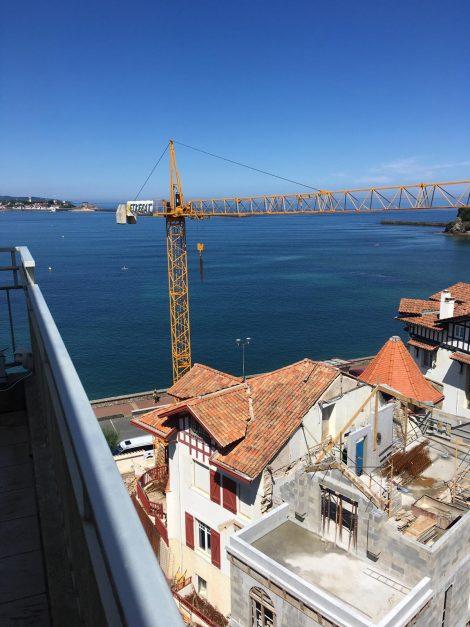 location-vacances-saint-jean-de-luz-appartement-vue-mer-sur-la-baie-sainte-barbe-terrasse-dernier-etage-parking-plage-a-pied-flot-bleu-034