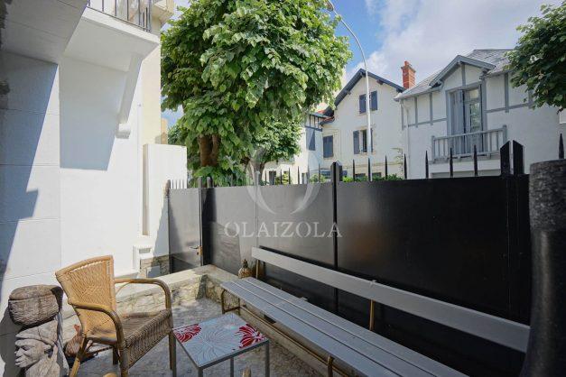 location-vacance-biarritz-centre-ville-renove-balcon-terrasse-plage-a-pied-jardin-public-ensoleillee-002