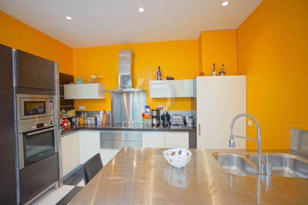location-vacance-biarritz-centre-ville-renove-balcon-terrasse-plage-a-pied-jardin-public-ensoleillee-014