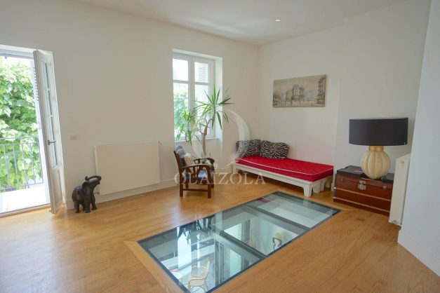 location-vacance-biarritz-centre-ville-renove-balcon-terrasse-plage-a-pied-jardin-public-ensoleillee-020