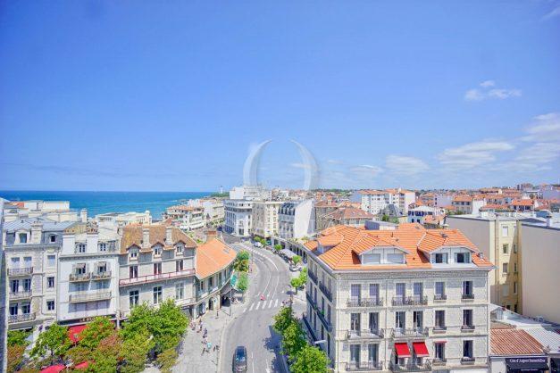 location-vacances-biarritz-appartement-renove-6eme-vue-mer-traversant-centre-ville-tout-a-pied-balcon-002