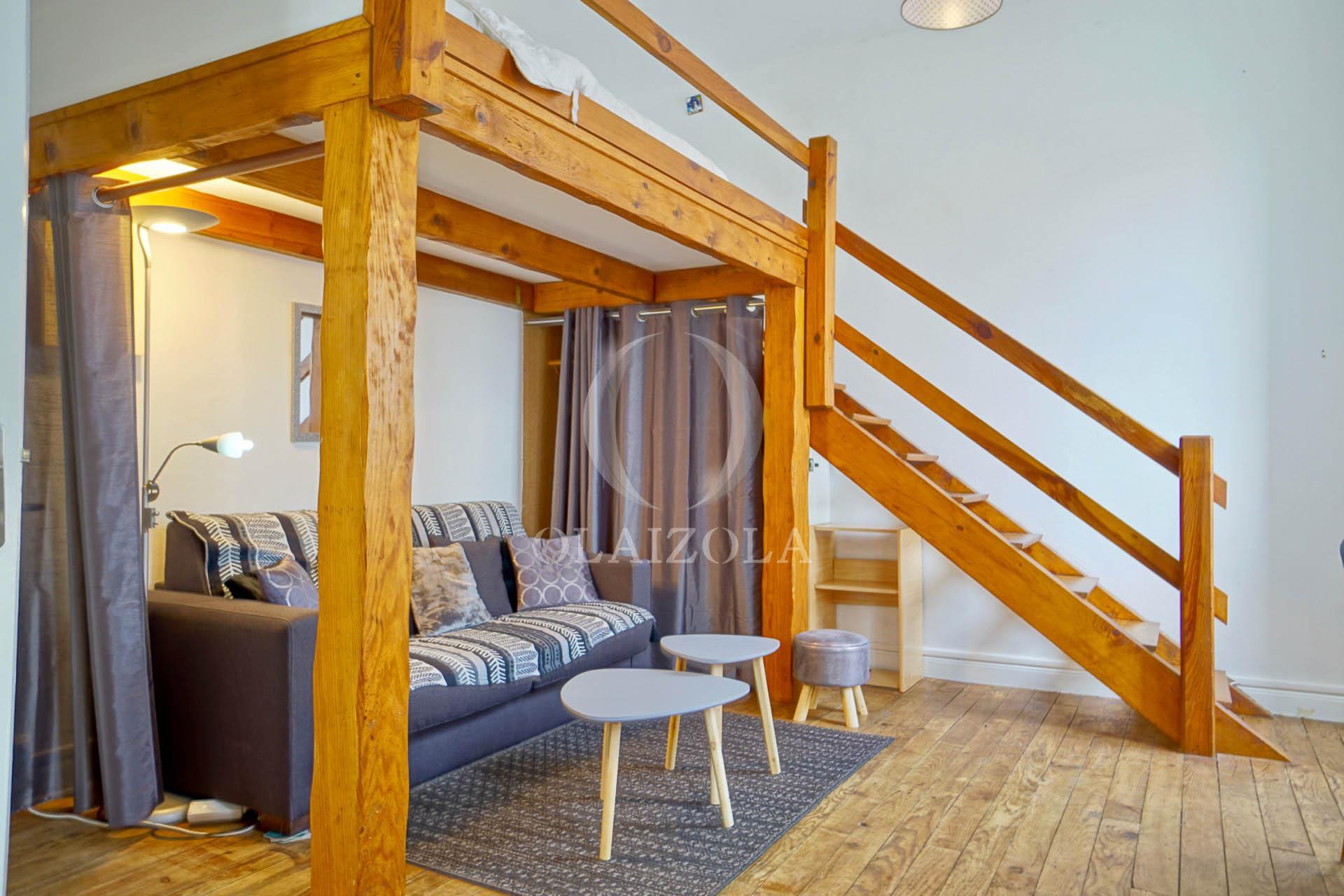 studio mezzanine en plein centre agence olaizola location saisonni re de vacances biarritz. Black Bedroom Furniture Sets. Home Design Ideas