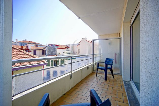 location-vacances-biarritz-studio-centre-ville-garage-parking-terrasse-plage-a-pied-bon-air-agence-olaizola-003