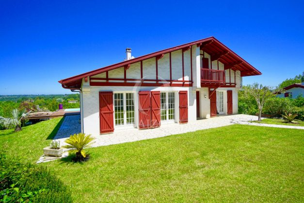 location-vacances-villa-arcangues-agence-olaizola-piscine-chauffée-plein-sud-terrasse-jardin-parking-garage-001