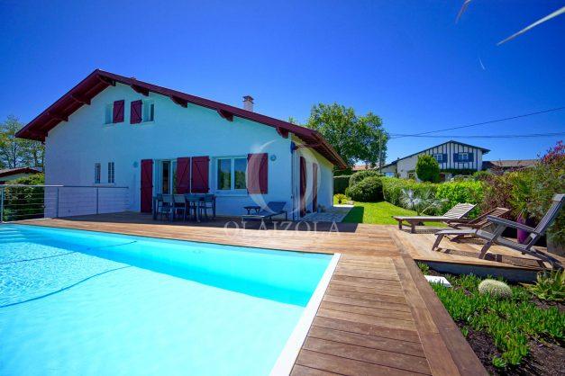 location-vacances-villa-arcangues-agence-olaizola-piscine-chauffée-plein-sud-terrasse-jardin-parking-garage-002