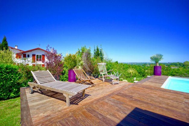 location-vacances-villa-arcangues-agence-olaizola-piscine-chauffée-plein-sud-terrasse-jardin-parking-garage-003