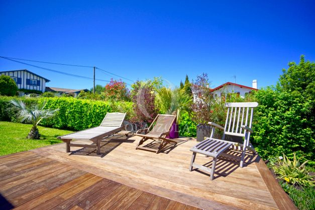location-vacances-villa-arcangues-agence-olaizola-piscine-chauffée-plein-sud-terrasse-jardin-parking-garage-004