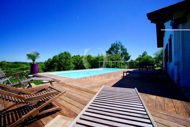 location-vacances-villa-arcangues-agence-olaizola-piscine-chauffée-plein-sud-terrasse-jardin-parking-garage-006