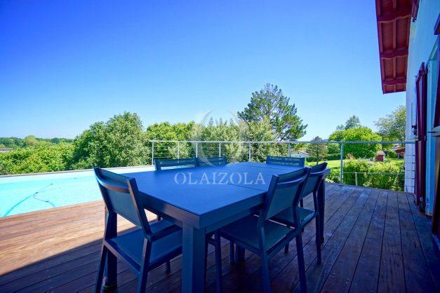 location-vacances-villa-arcangues-agence-olaizola-piscine-chauffée-plein-sud-terrasse-jardin-parking-garage-009