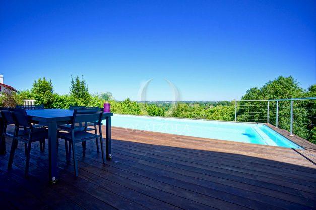 location-vacances-villa-arcangues-agence-olaizola-piscine-chauffée-plein-sud-terrasse-jardin-parking-garage-010