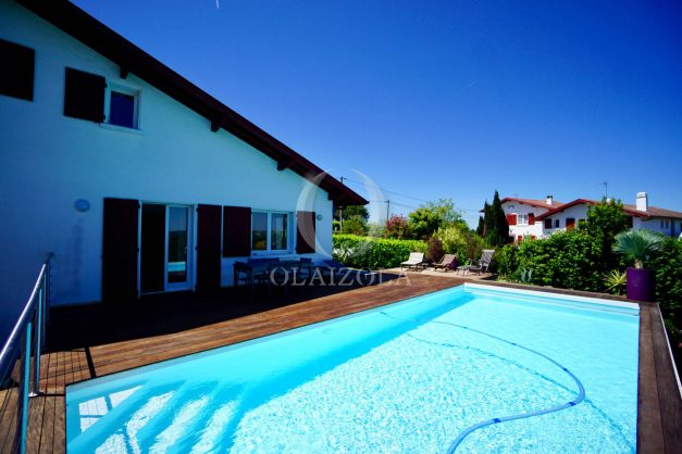 location-vacances-villa-arcangues-agence-olaizola-piscine-chauffée-plein-sud-terrasse-jardin-parking-garage-013