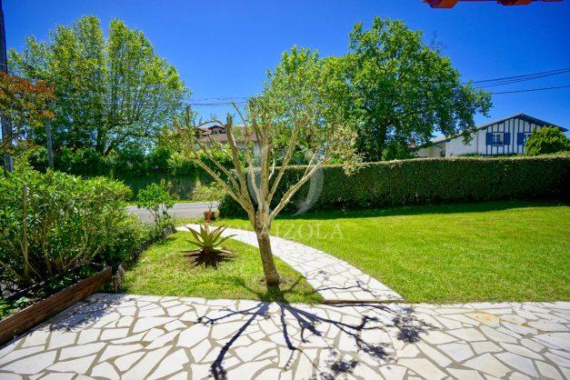 location-vacances-villa-arcangues-agence-olaizola-piscine-chauffée-plein-sud-terrasse-jardin-parking-garage-040