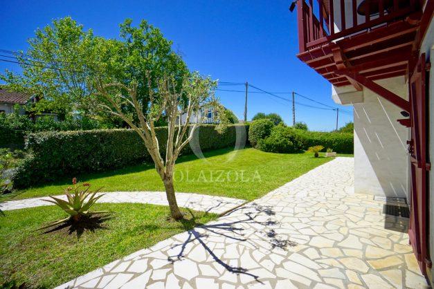 location-vacances-villa-arcangues-agence-olaizola-piscine-chauffée-plein-sud-terrasse-jardin-parking-garage-041