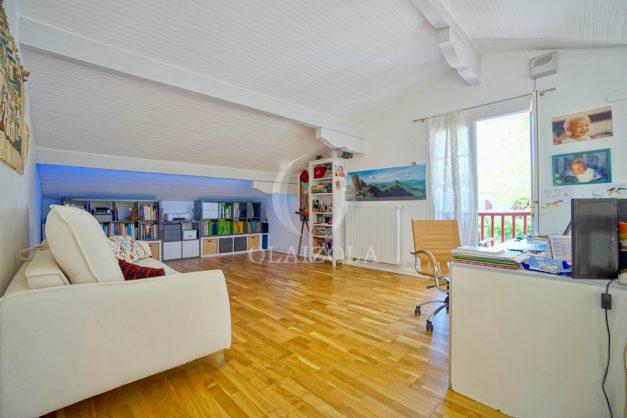 location-vacances-villa-arcangues-agence-olaizola-piscine-chauffée-plein-sud-terrasse-jardin-parking-garage-047