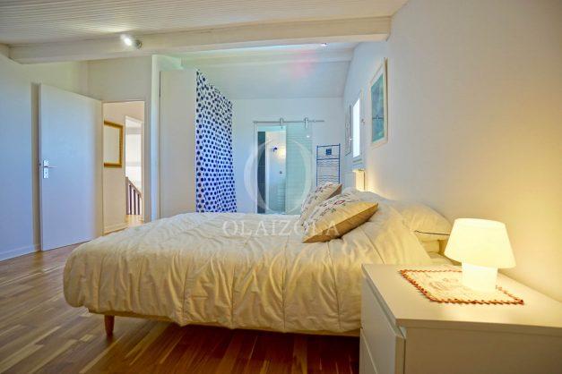 location-vacances-villa-arcangues-agence-olaizola-piscine-chauffée-plein-sud-terrasse-jardin-parking-garage-053