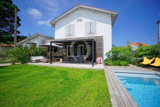 location-vacances-anglet-villa-piscine-terrasse-jardins-magnifique-salon-sejour-transate-soleil-5-chambres.004