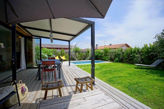location-vacances-anglet-villa-piscine-terrasse-jardins-magnifique-salon-sejour-transate-soleil-5-chambres.005