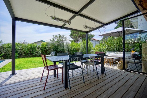 location-vacances-anglet-villa-piscine-terrasse-jardins-magnifique-salon-sejour-transate-soleil-5-chambres.007